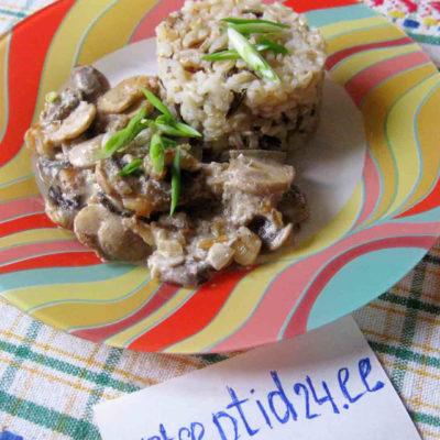 Подлива из шампиньонов со сметаной и с бурым рисом